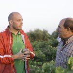 Elías dando instrucciones al capataz de la viña